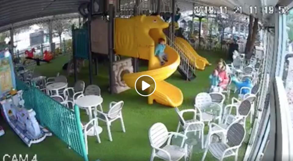 (ВИДЕО) Жена фатена на камера како тепа дете во скопска игротека