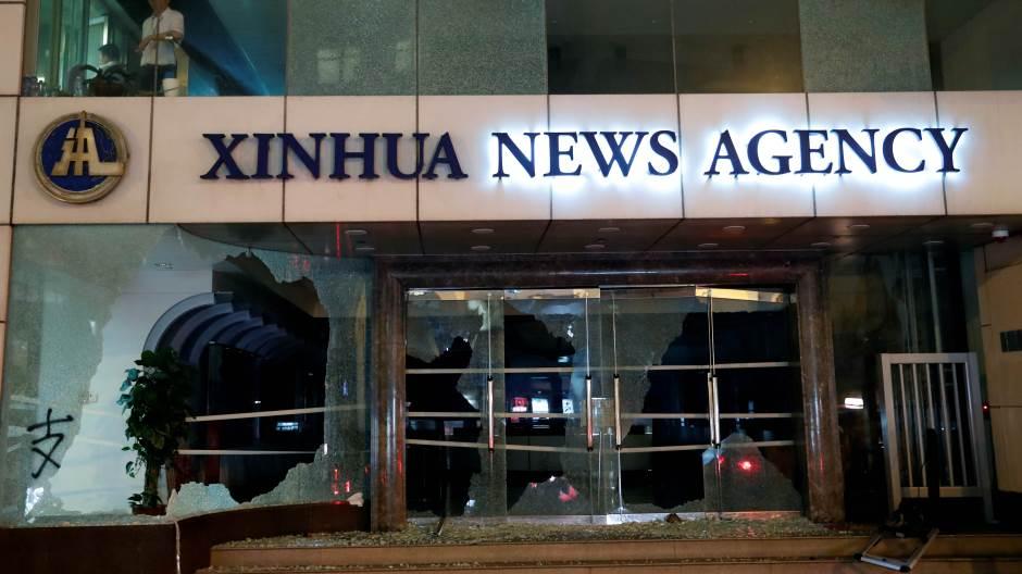 Синхуа го осуди нападот на нејзините простории во Хонг Конг