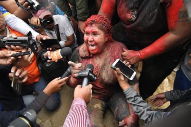 (ВИДЕО) Демонстранти ја влечеа на улица, па и ја пресекоа косата на градоначалничката