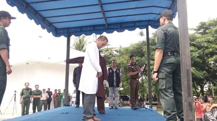 Индонезиец кој помагал во пишувањето на строг закон за неверство, камшикуван поради прељуба