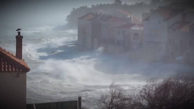 Црвен метеоаларм во Далмација, островите отсечени од бродскиот сообраќај