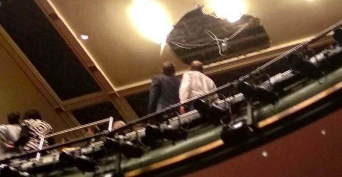 (ВИДЕО): За време на претстава падна покривот на театарот во Лондон – има повредени