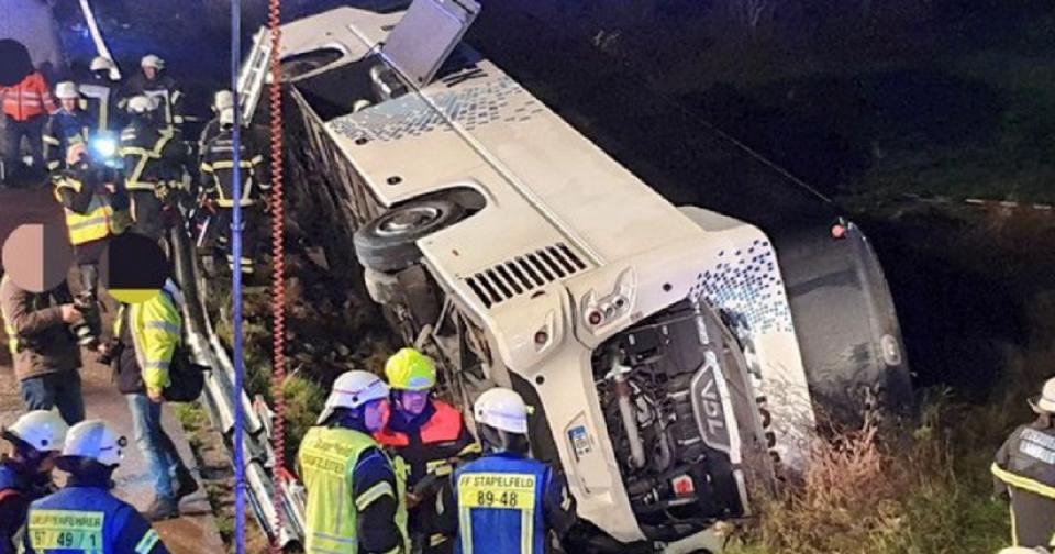 Се преврте автобус на автопат во Германија, настрадани над 30 лица