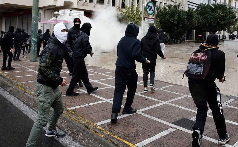 (ВИДЕО) Петмина уапсени по судирите со полицијата на протест на учениците и студентите во Атина