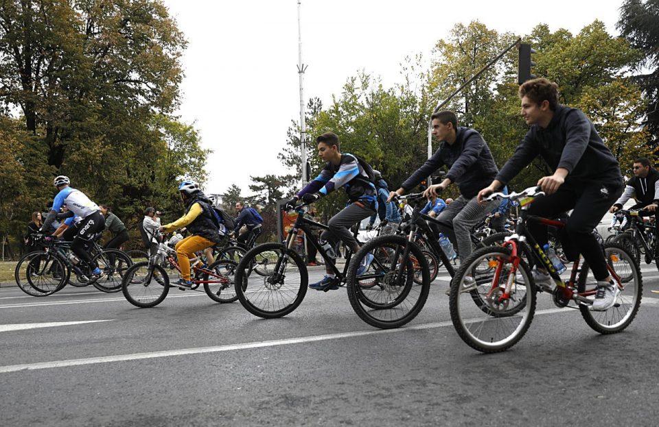 """""""Скопје на точак"""": Две илјади велосипедисти возеа низ градот"""