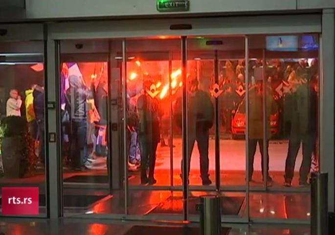 Движењето Двери го блокираше влезот на РТС во обид да го спречат емитувањето на Дневникот 2