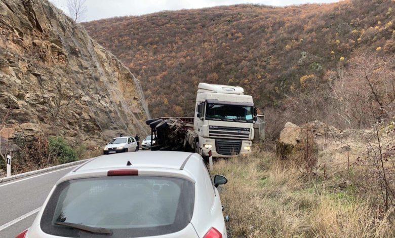 Поради сообраќајка прекин на сообраќајот на автопатот од Штип кон Миладиновци