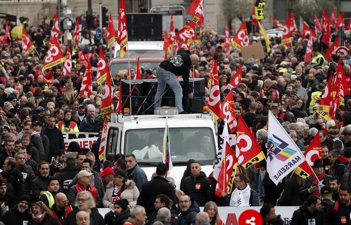 Четврти ден протести: Сообраќајот во Париз парализиран, Макрон се состанува со министрите