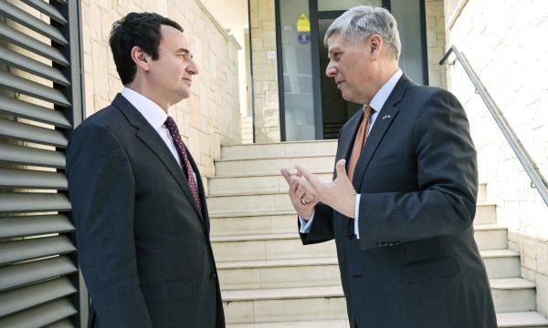 Американскиот амбасадор на Косово го прекори Курти да не се однесува како премиер на северна Албанија