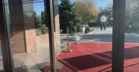 Приведени двајца од петмината во кои беше пукано во хотелот Александар Палас