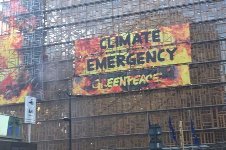 (ВИДЕО) Активисти на Гринпис се качија на седиштето на ЕУ пред почеток на климатскиот самит