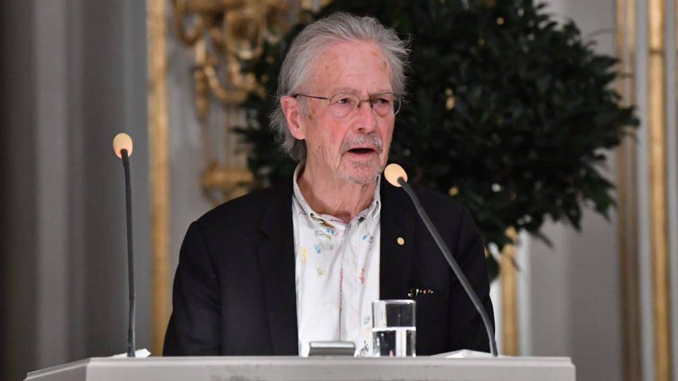"""Нобеловецот Хандке прогласен за """"персона нон грата"""""""