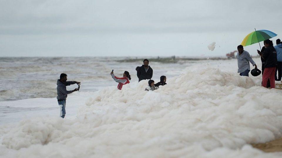 (ВИДЕО) Бела токсична пена прекри една од најпознатите плажи во Индија