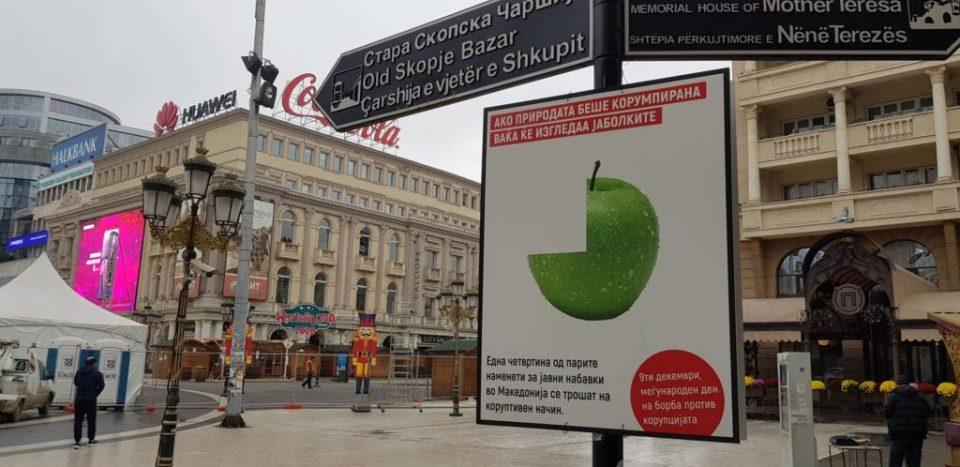 Од 44 држави во Европа само две се покорумпирани од Македонија: Активисти поставија табли во Скопје
