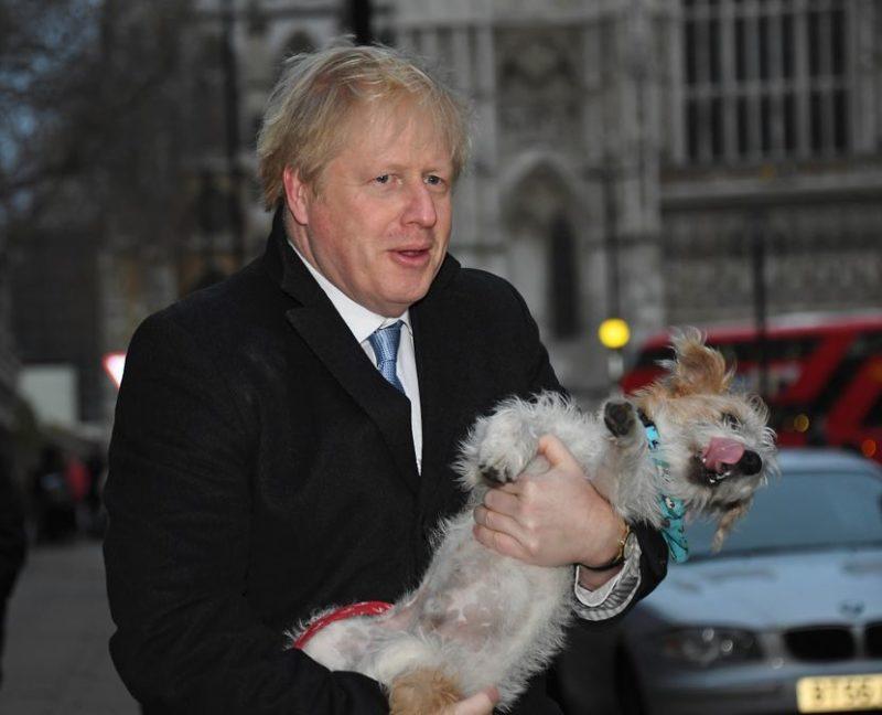 (ФОТО) Борис Џонсон на гласачкото место дојде со своето куче