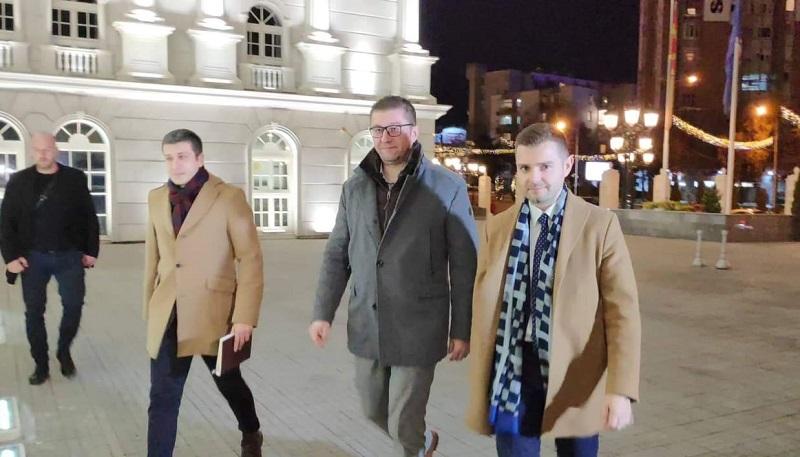 Мицкоски пристигна во владата на средба со Заев