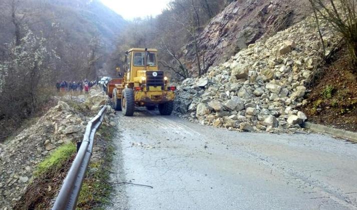 Одронот од 50 кубни метри камен и земјана го блокира патот Маврово-Дебар