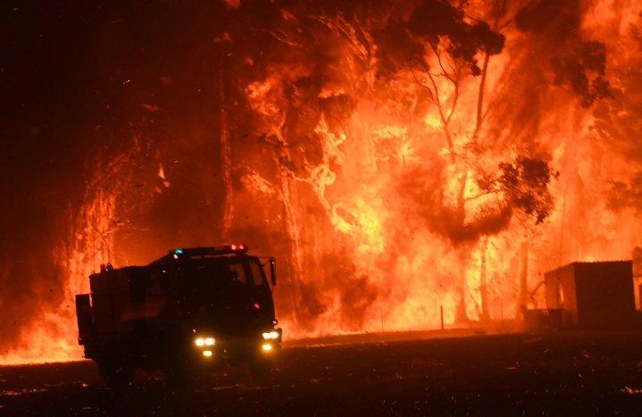 (ВИДЕО) Пожарникарите во Австралија стравуваат дека пожарот близу Сиднеј не може да биде изгаснат
