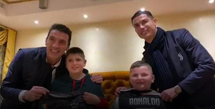 (ВИДЕО) Две деца што од земјотресот во Албанија се спасија со скок од тераса, се запознаа со Роналдо и Буфон