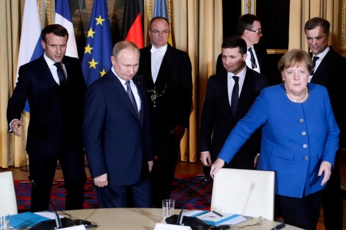 (ВИДЕО) Не многу пријателска средба на Путин и Зеленски во Париз