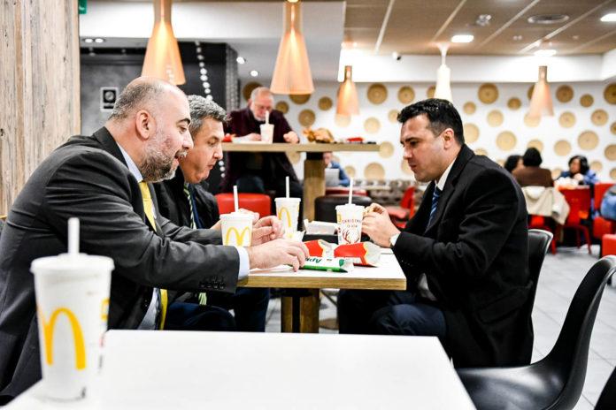 (ФОТО) Заев на НАТО самитот во Лондон остана гладен па отиде на ручек во Мекдоналдс