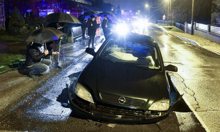 (ФОТО) Се отвори дупка среде улица во Загреб, автомобил падна во неа, возачот заврши во болница