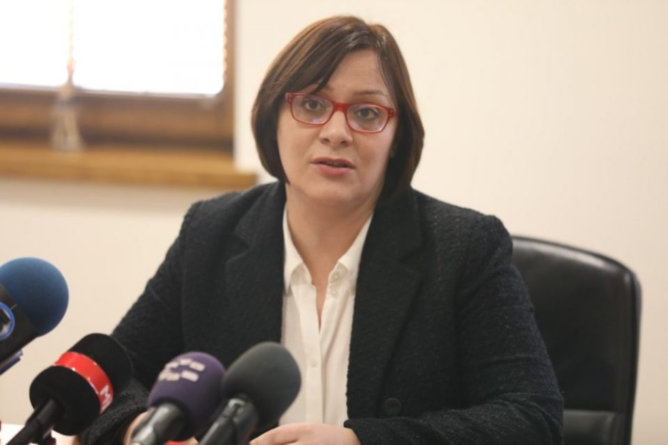 Кочоска: Зошто Македонија плаќа поскапа камата на заеми од Србија?