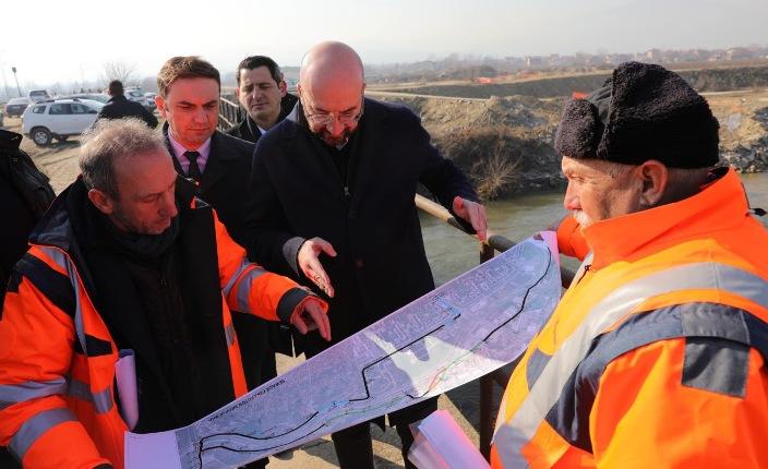 Шарл Мишел со увид на колекторот за отпадни води на Вардар што се прави со европски пари
