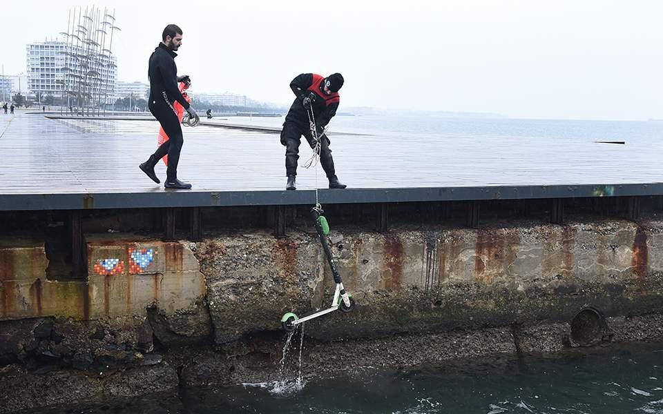 (ФОТО) Од морето кај Солун извлечени дваесетина електрични тротинети