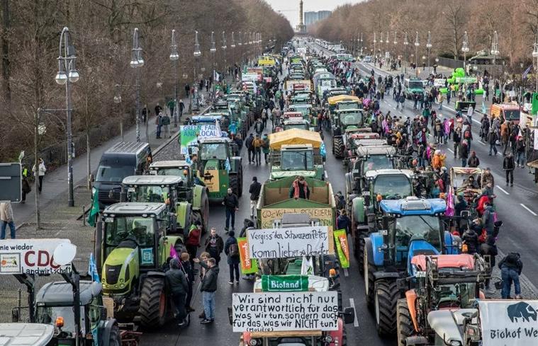 Во Берлин земјоделците одржаа масовни протести со трактори