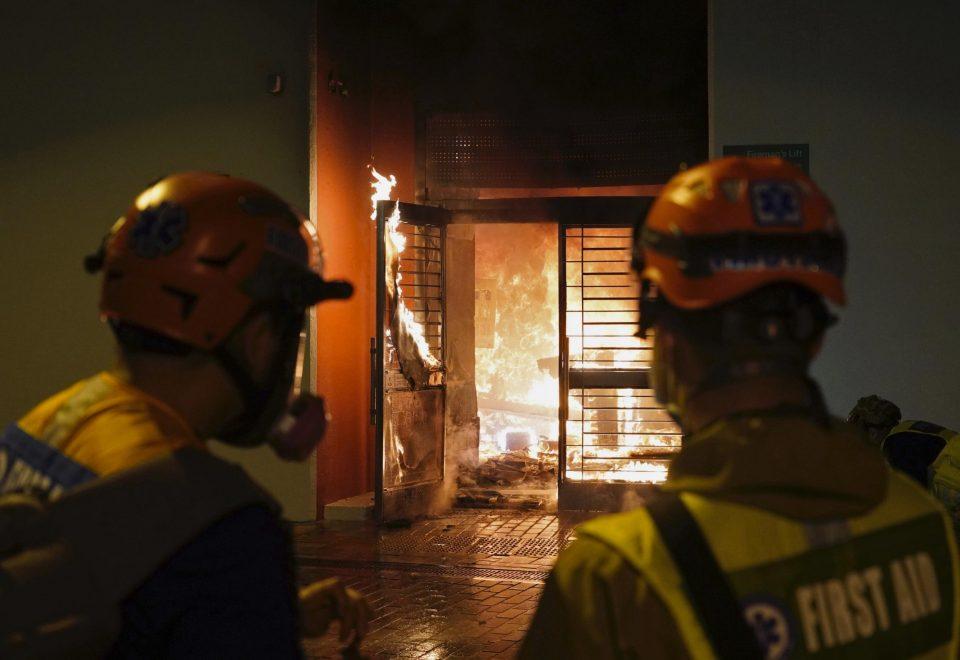 (ВИДЕО) Демонстрантите ја запалија карантин-зградата за заболени од коронавирусот во Хонгконг