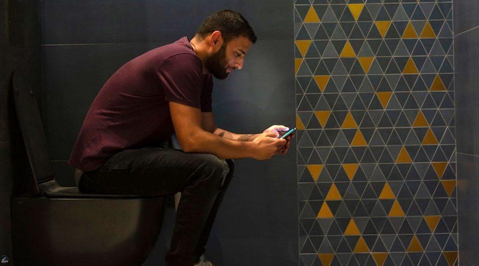 Сопругата му го гаси интернетот кога ќе се задржи подолго в тоалет