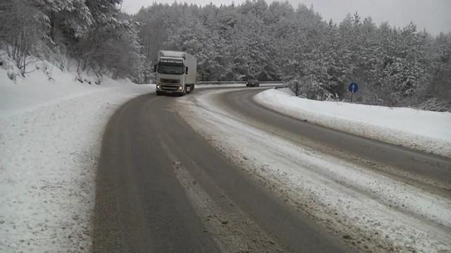 Превоите Стража и Ѓавато и патот Маврово-Дебар затворени за тешки товарни возила