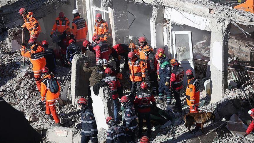 Жена и дете спасени од под урнатините во Турција