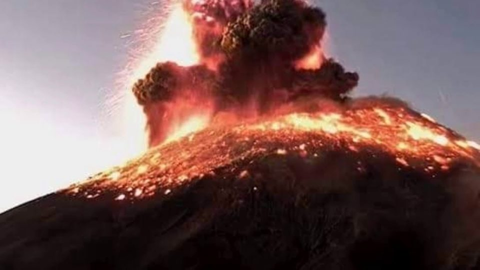Вулканска ерупција во Индонезија затвори локален аеродром