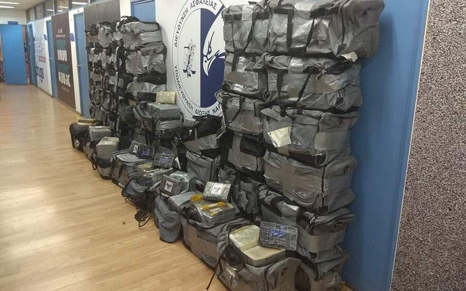 (ВИДЕО) Грчката полиција заплени еден тон кокаин и уапси осум шверцери, претежно Албанци