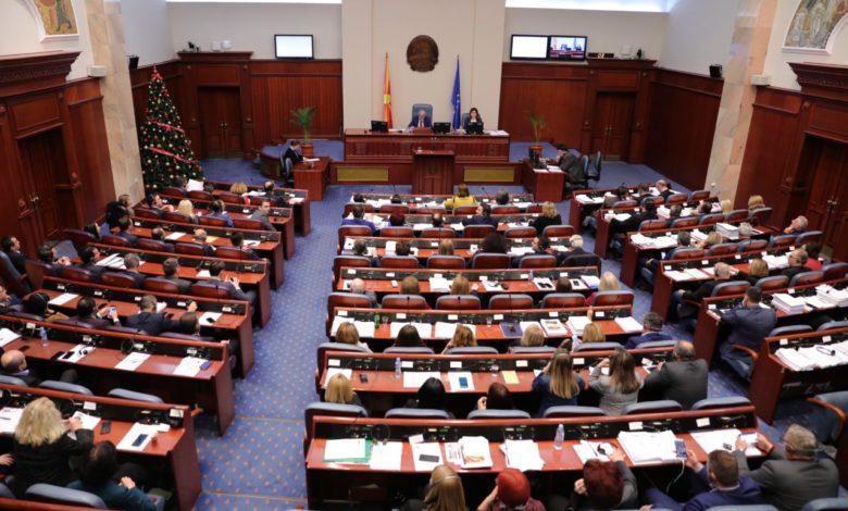 Двојни аршини: Спасовски ја обвинува Мизрахи, а и тој самиот не го употреби новото име на државата