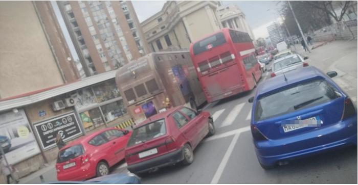 Хаос во Скопје: Автобуси не поминуваат низ Рекорд, колони од автомобили до Аеродром