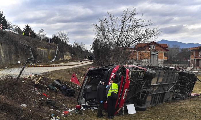Положено цвеќе на местото на сообраќајна несреќа кај Ласкарци во која загинаа 16 лица