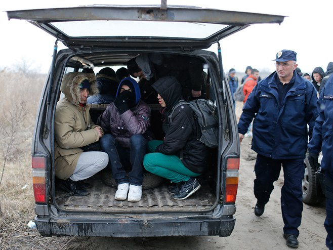 Фатени десет мигранти на патот Градско – Велес: Притворен возачот кој ги превезувал