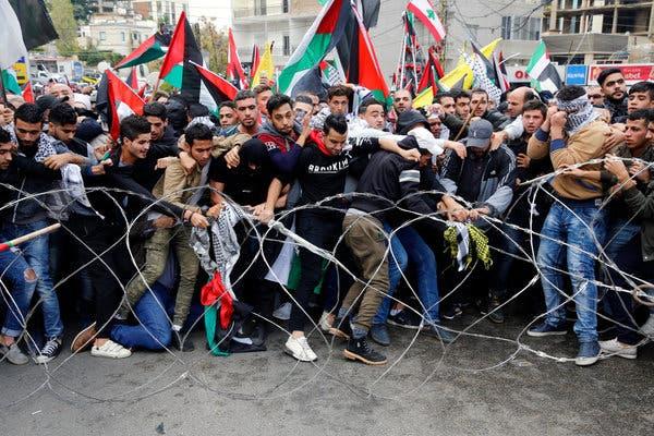 Стотици Либанци и Палестинци протестираа во близина на американската амбасада во Либан