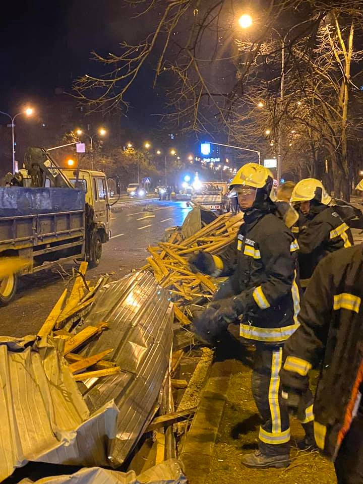 Од силниот ветар паднале најмалку 72 дрвја