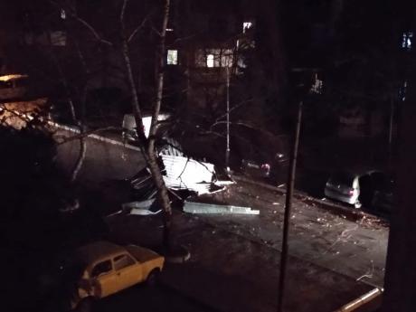 Срушени билборди и кровови во Скопје од силниот ветер