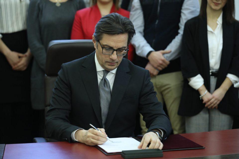 Пендаровски веќе го потпиша Законот за ЈО, како и за Совет на јавни обвинители