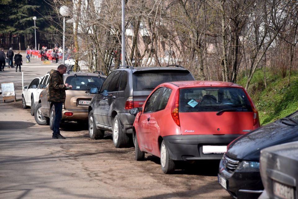 Изречени 54 казни за паркирање во зеленило на Водно