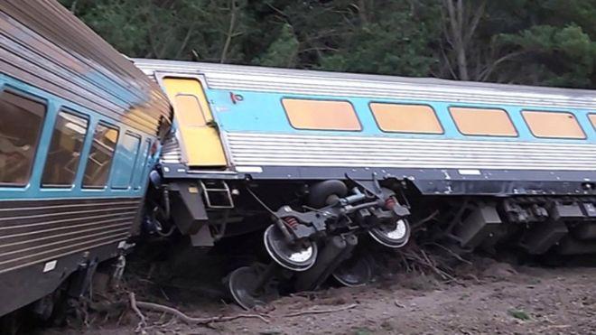 (ВИДЕО) Воз излета од шините кај Мелбурн, две лица загинаа