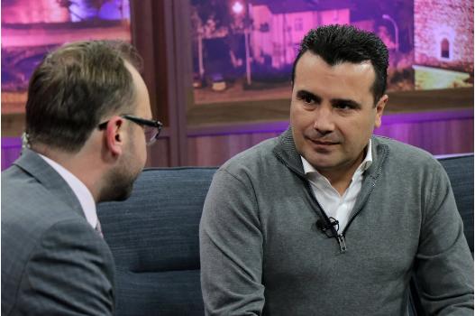 Заев во Скопје е како азилант: Јаде виршли, му помагаат две жени