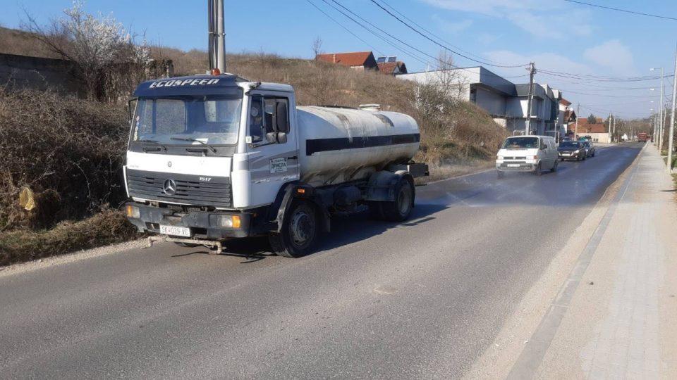 Дезинфекција на улиците во Батинци и главниот пат кон депонијата Дрисла