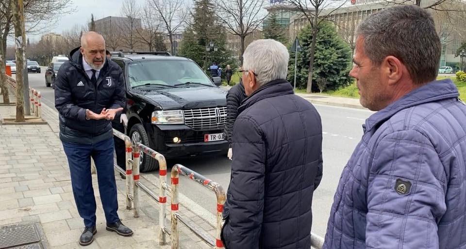 Рама без заштита ги молел пензионерите на улица кои не ја почитуваат забраната да седат дома