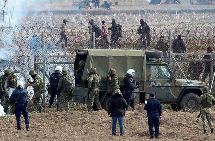 Мигрантите ги нападнаа грчките полицајци на границата кај Еврос